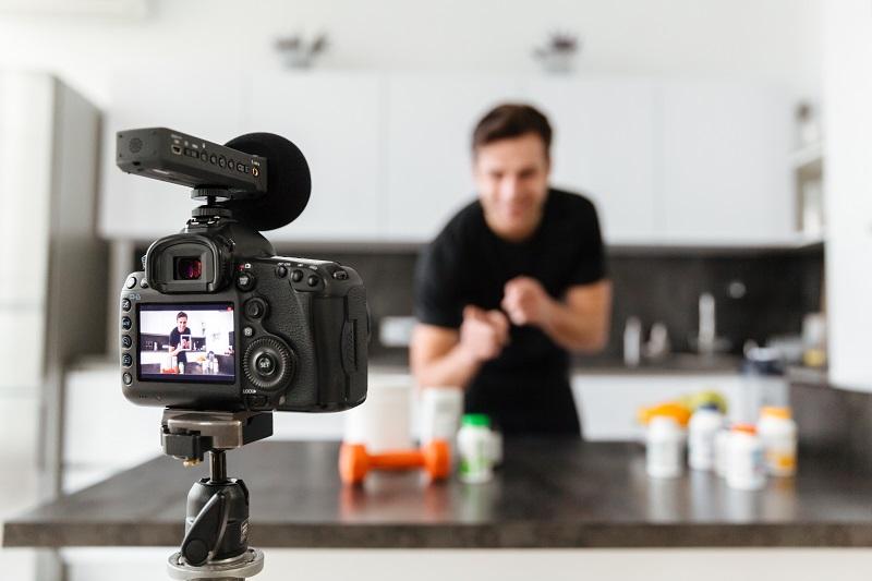 Trở thành youtuber là cách đơn giản để làm ra tiền